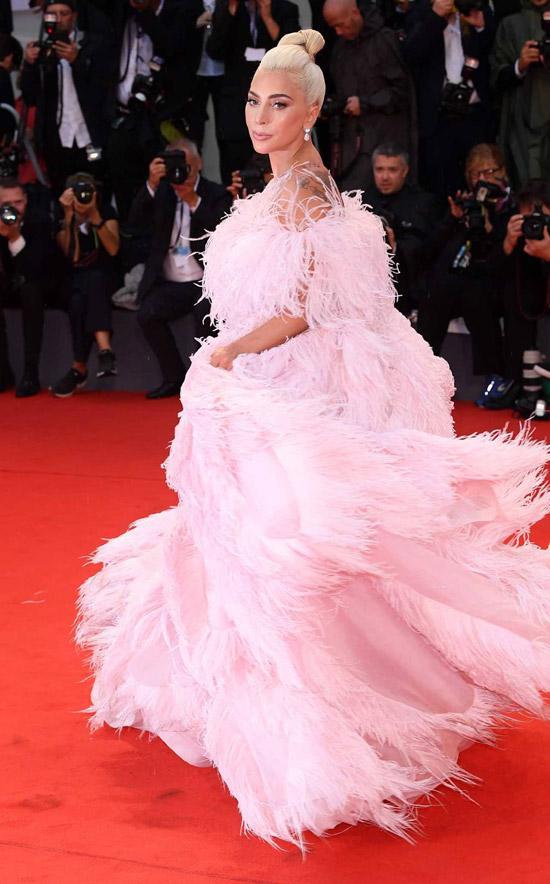 Леди Гага в необычном розовом платье с перьями