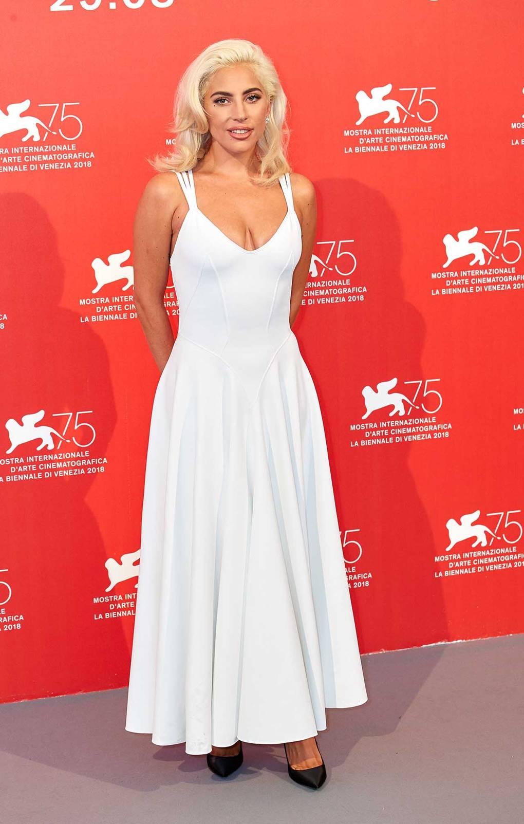 Леди Гага в винтажном белом сарафане