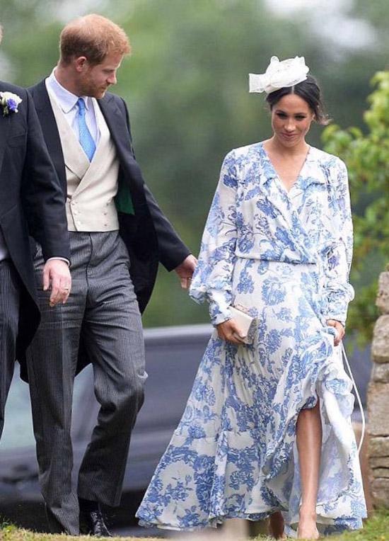 Меган Маркл в бело голубом легком платье с лоинными рукавами