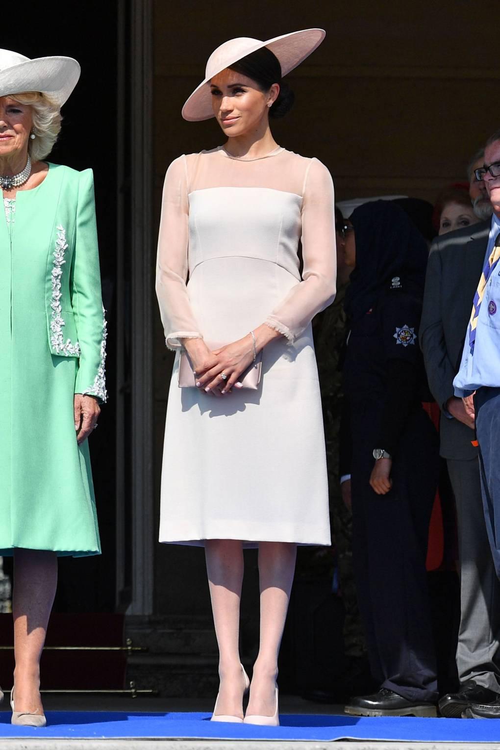 Меган Маркл в бежевом платье миди с прозрачными рукавами и шляпа