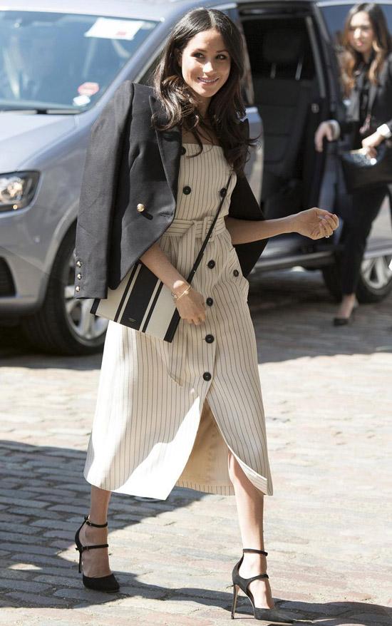 Меган Маркл в бежевом платье в полоску и черном пиджаке