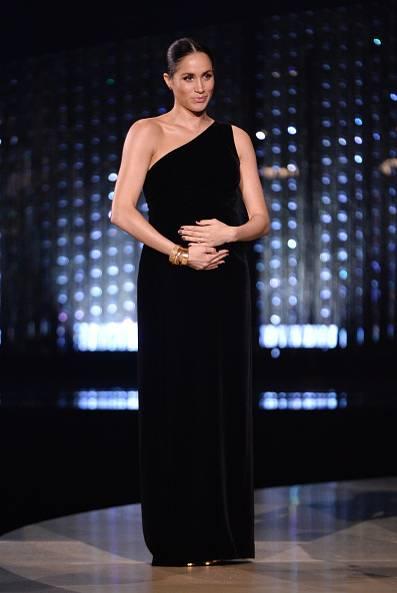 Меган Маркл в черном бархатном платье макси на одно плечо