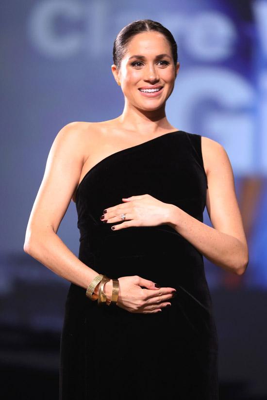 Меган Маркл в черном бархатном платье на одно плечо