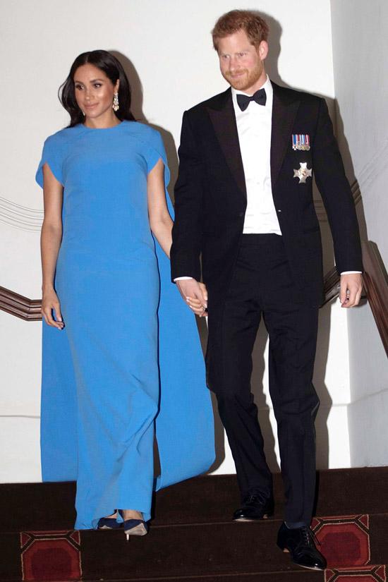 Меган Маркл в голубом платье макси с накидкой