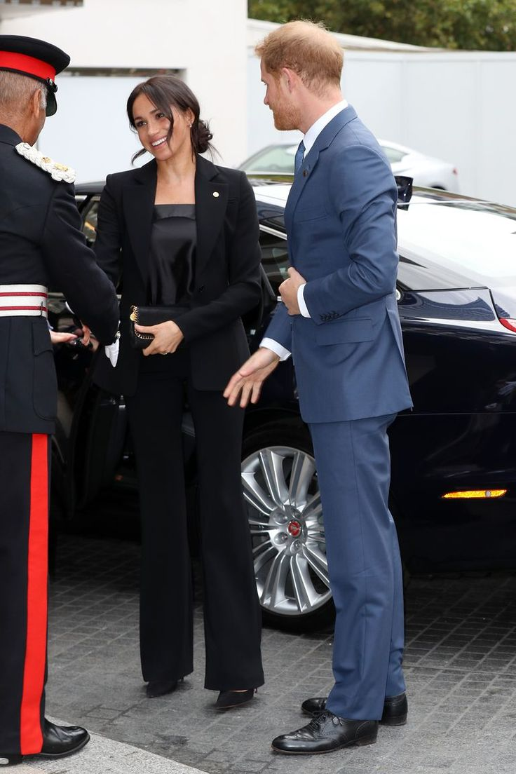 Меган Маркл в красивом черном костюме с брюками