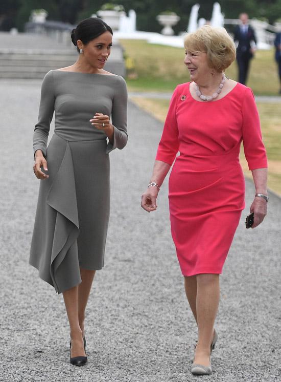 Меган Маркл в сером асимметричном платье