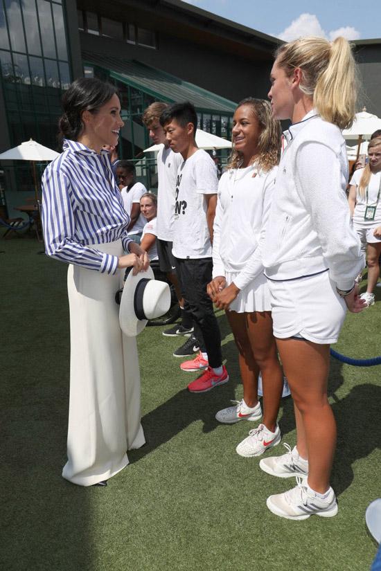Меган Маркл в широких белых брках и рубашка в полоску