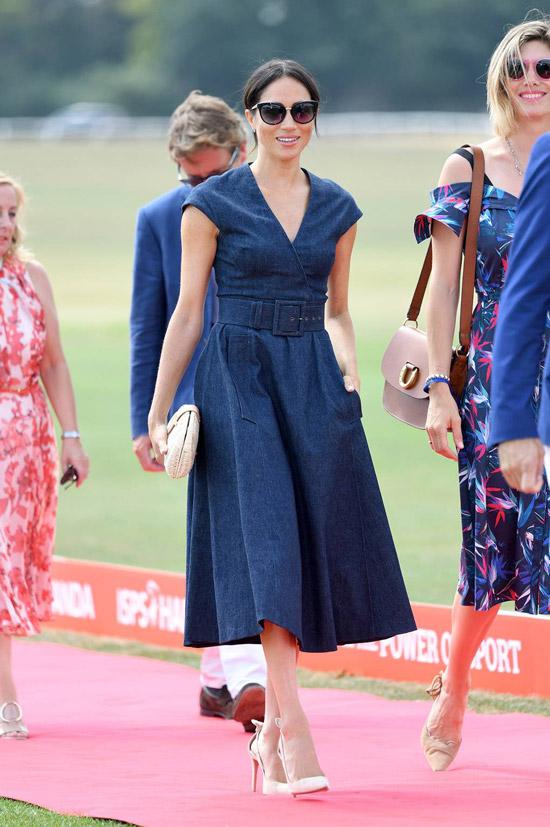 Меган Маркл в синем платье миди с поясом