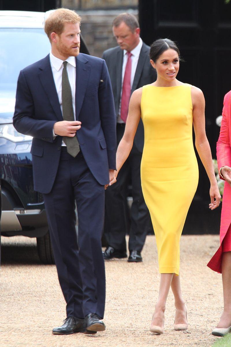 Меган Маркл в желтом облегающем платье футляр