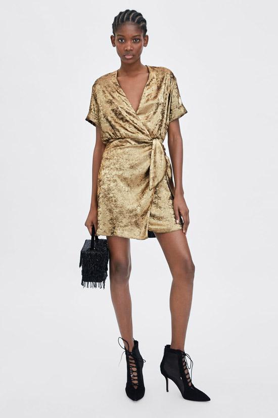 Модель в крсивом золотом платье