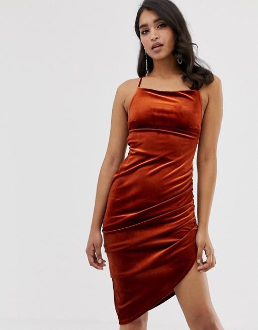 Модель в облегающем коричневом платье