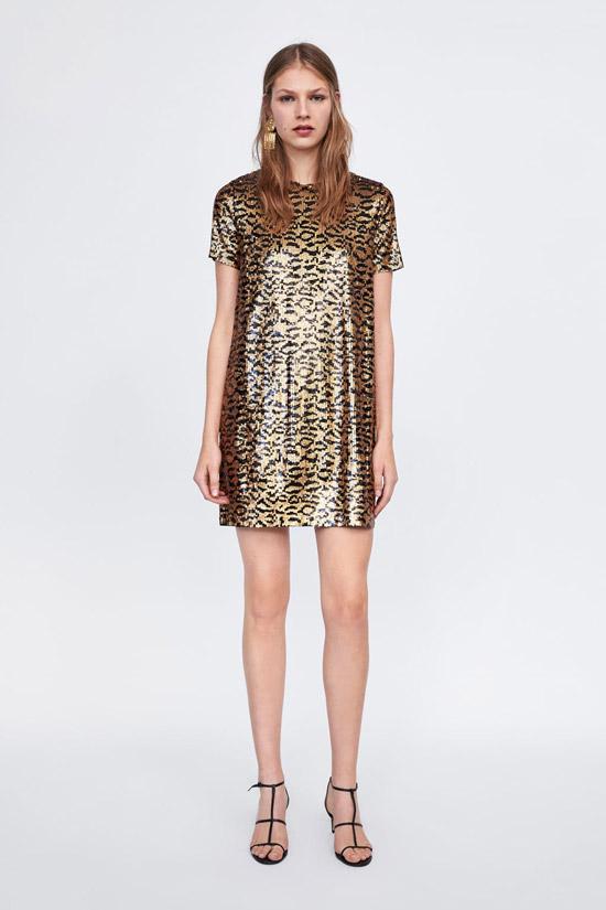 Модель в прямом платье с золотыми блестками
