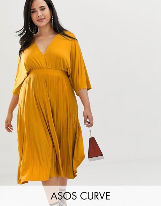 Модель в желтом платье миди