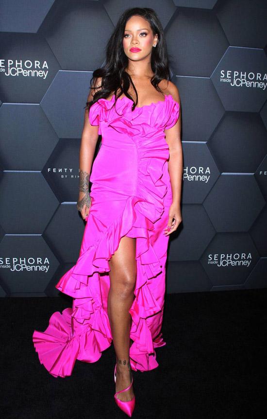 Рианна в красивом розовом платье с воланами