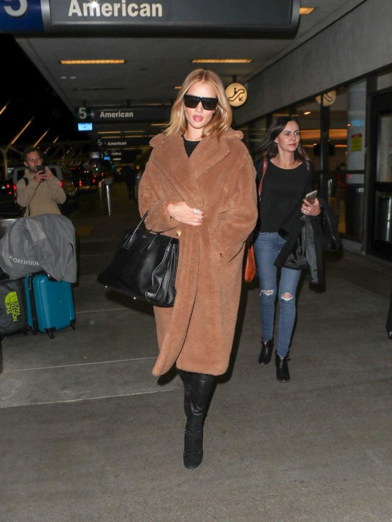 Rosie Huntington Whiteley в коричнеом плюшевом пальто