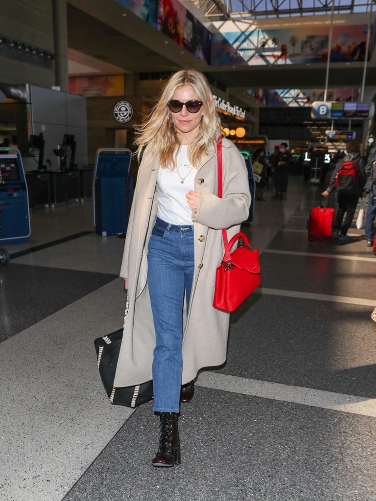 Sienna Miller в укороченных джинсах, футболка и серое пальто