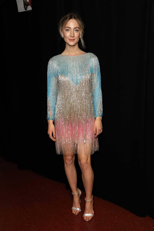 Сирша Ронан в красивом платье с бахромой