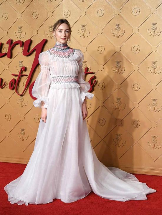 Сирша Ронан в легком белом платье макси