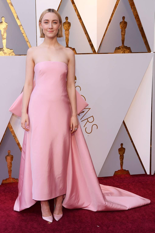 Сирша Ронан в розовом атласном платье со шлейфом