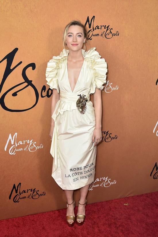 Сирша Ронан в светлом платье миди с объемными плечами