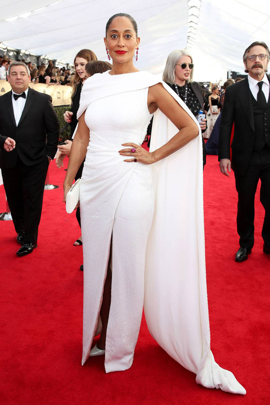 Трэйси эллис Росс в елом длинном платье с накидкой
