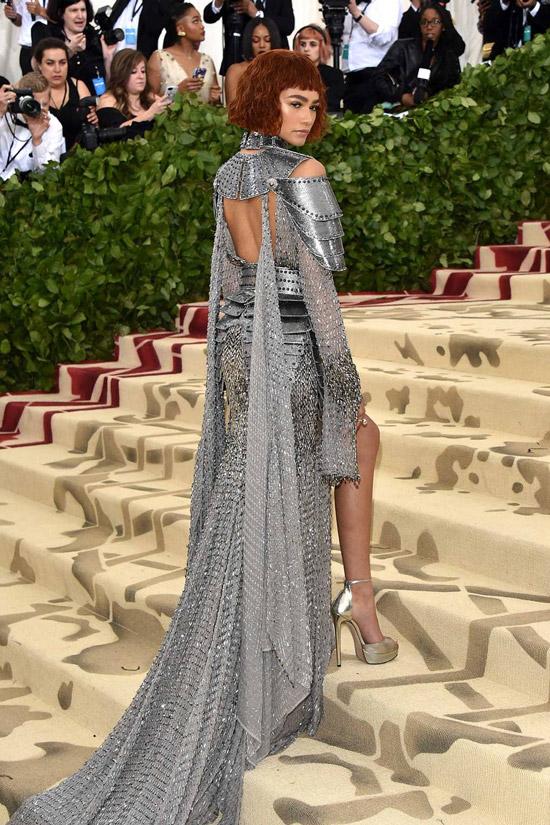 Зендая в необычном серебристом платье с длинным шлейфом
