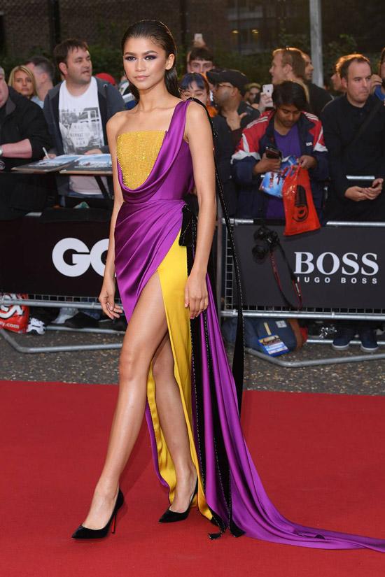 Зендая в желто фиолетом атласном платье макси