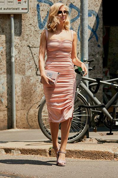 Девушка в бежевом коктейльном платье по колено