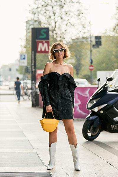 Девушка в черном мини платье с открытыми плечами