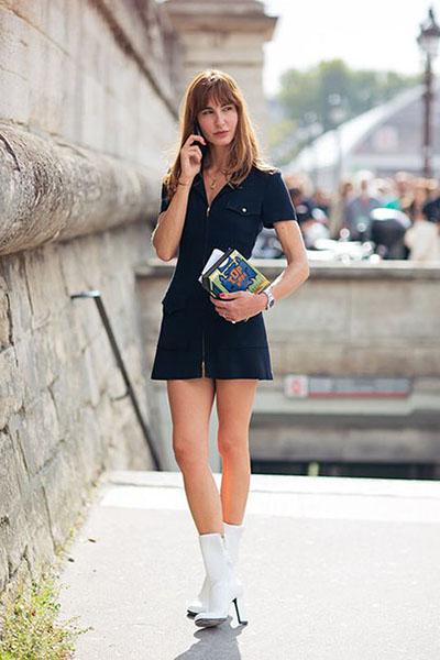Девушка в черном мини платье