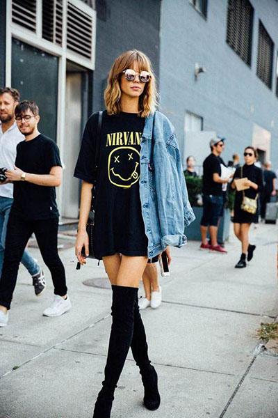 Девушка в черном платье футболка, черные ботфорты и джинсовка