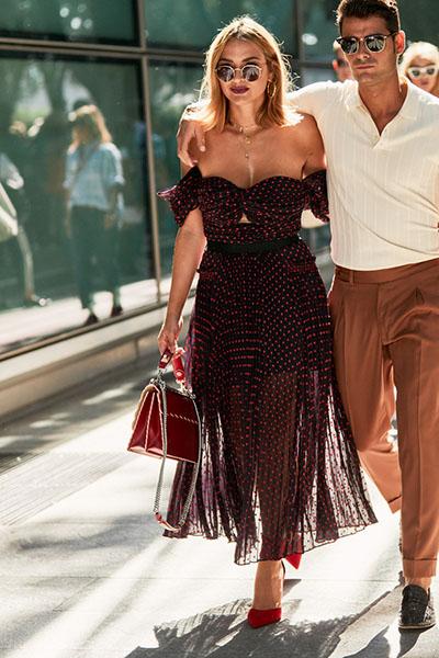Девушка в черном платье в красный горох