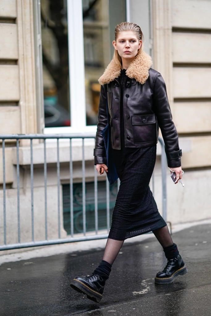 Девушка в черной обтягивающей юбке, куртка и ботинки