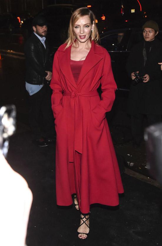 Девушка в длинном красном пальто с поясом и красном платье