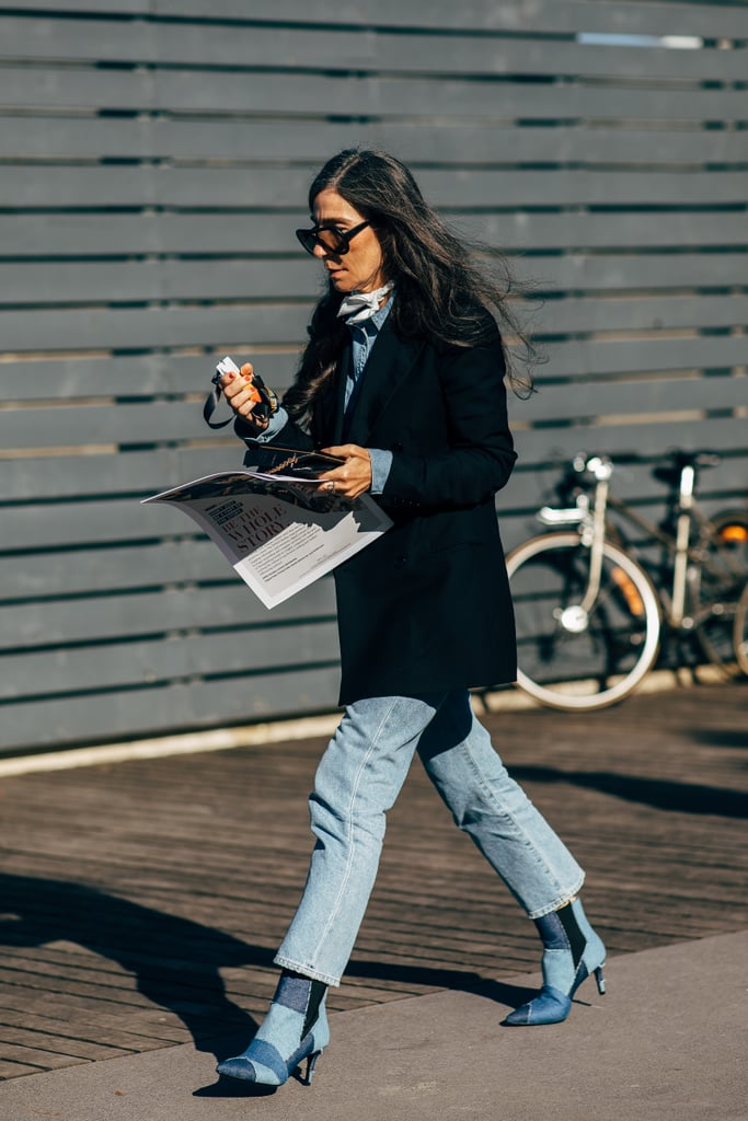 Девушка в джинсах, ботильонах и черном пальто