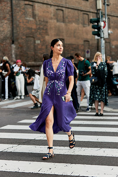 Девушка в фиолетовом платье миди