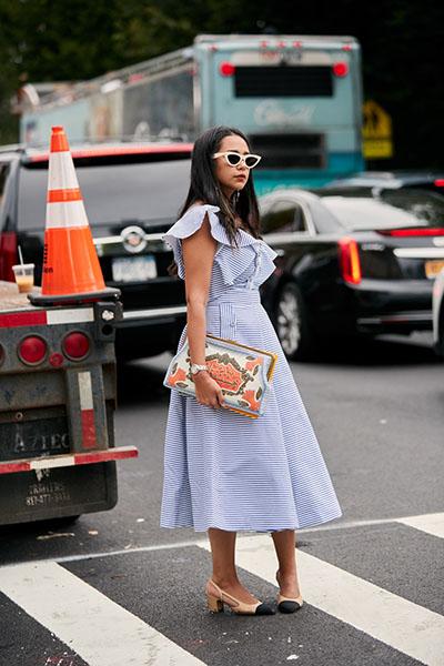 Девушка в голубом платье миди