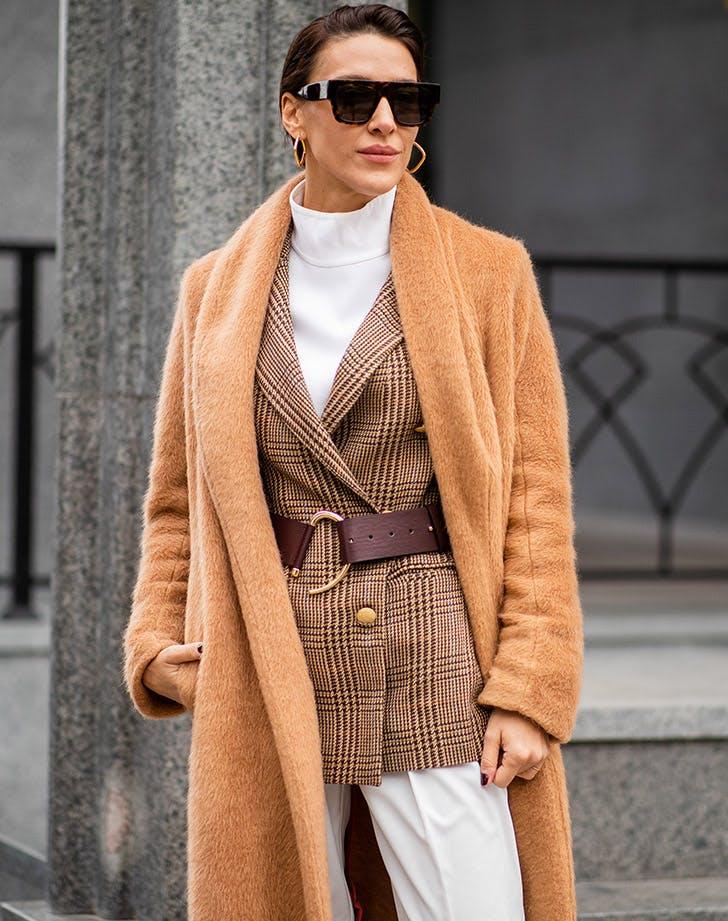 Девушка в классическом пальто, коричевый пиджак в клетку и пояс