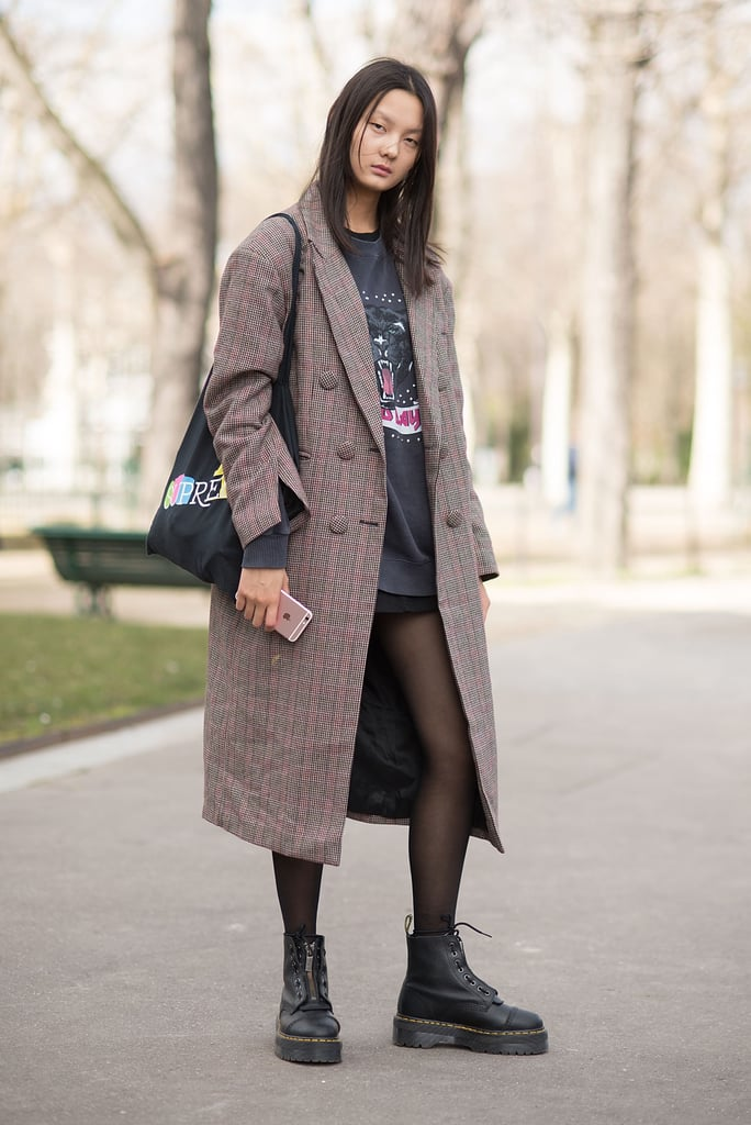 Девушка в коричневом пальто, мини юбка и ботинки