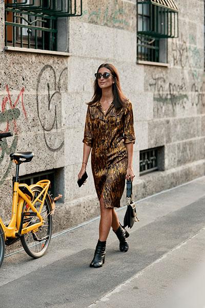 Девушка в коричневом платье ниже колена