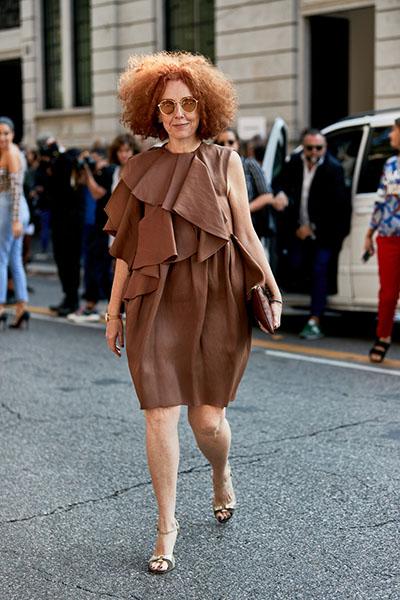 Девушка в коричневом платье с воланами