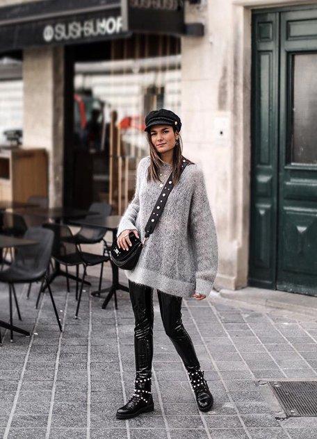 Девушка в кожаных леггинсах, серый свитер оверсайз