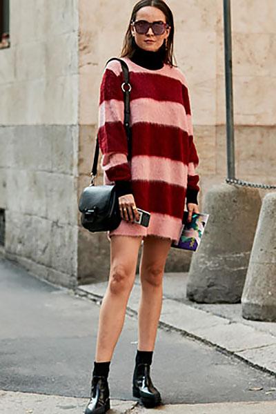 Девушка в красно-розовом платье свитер