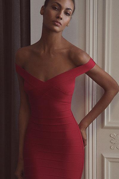Девушка в красном бандажном платье