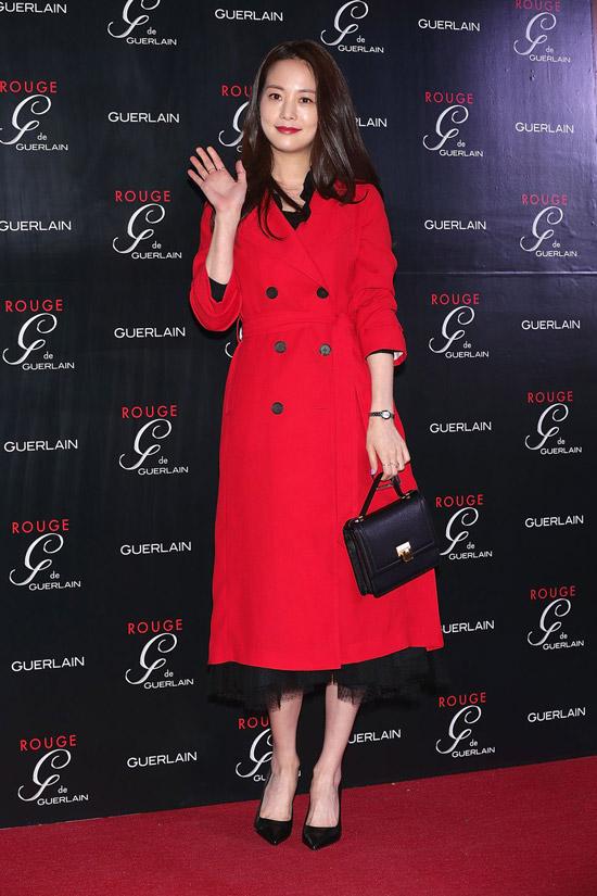 Девушка в красном пальто миди и черных туфлях
