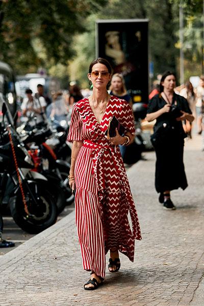 Девушка в красном платье маки с принтом