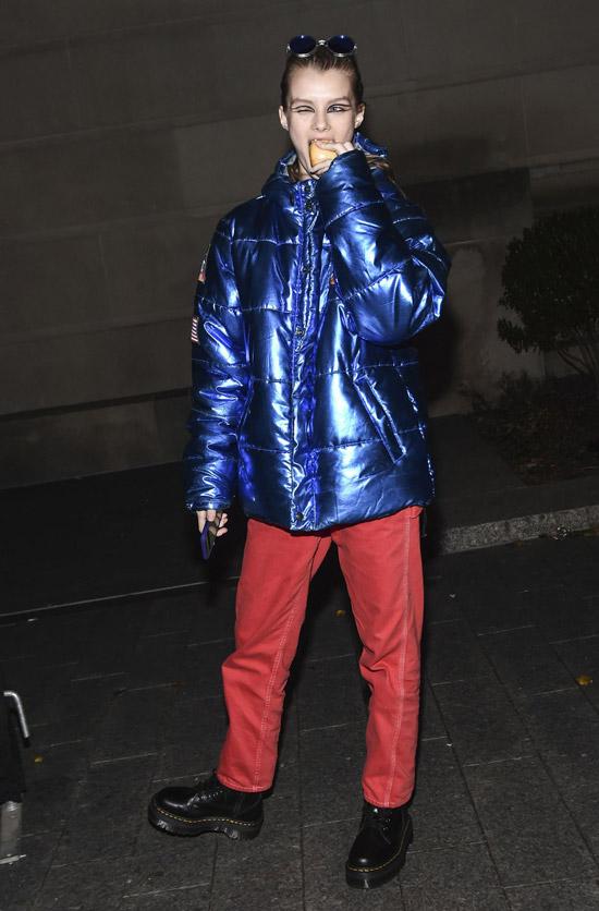 Девушка в красных штанах и металлическом синем пуховике
