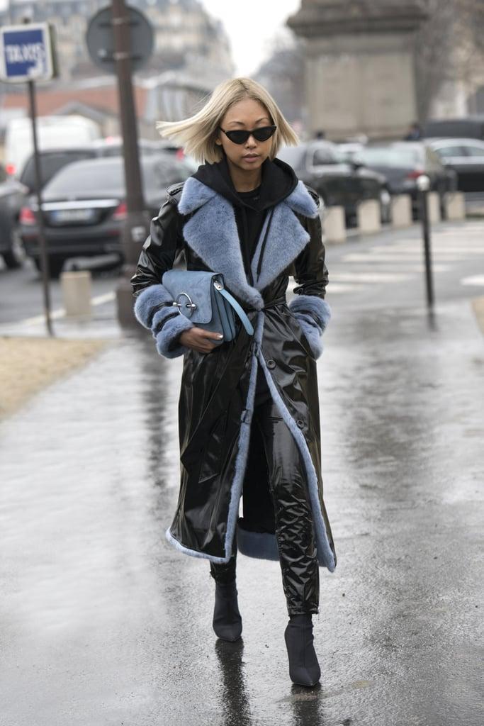 Девушка в лакированном пальто, кожанные брюки и ботильоны