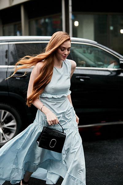 Девушка в легком платье без рукавов