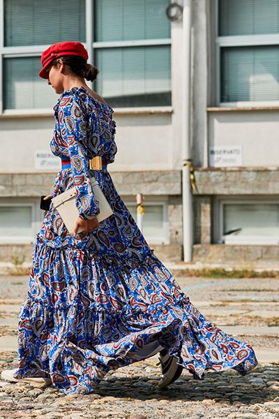 Девушка в легком платье макси с принтом